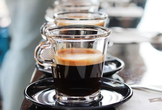 кофе лунго в чашке фото