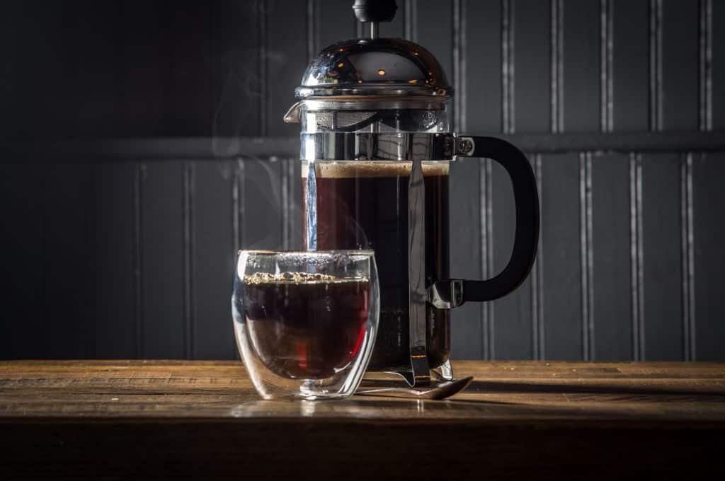 френч пресс и чашка с кофе фото