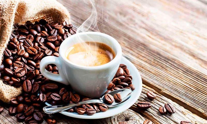 заваренный кофе в чашке фото