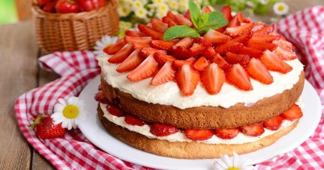 biskvitnyj tort s klubnikoj