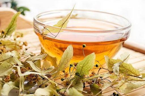 Липовый чай в чашке фото