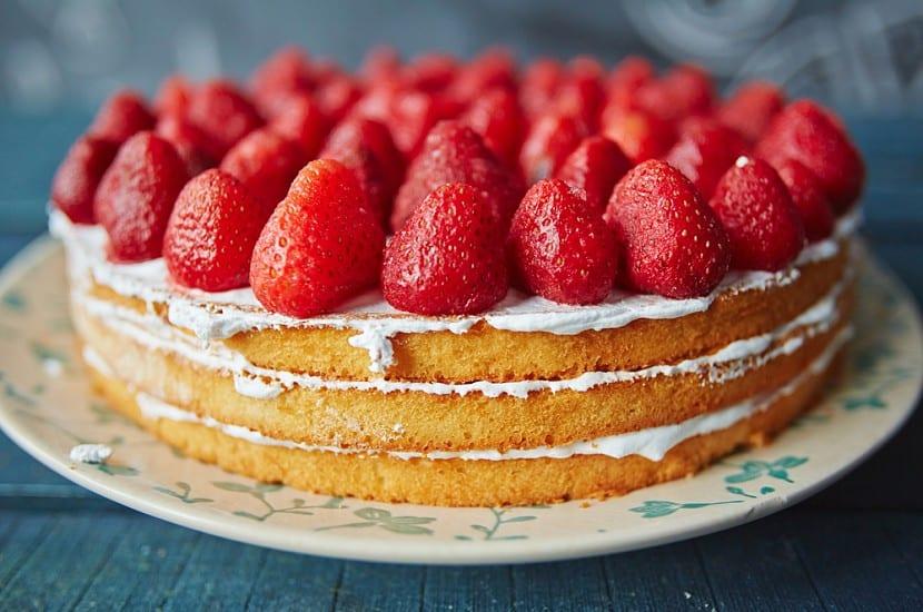 recepty biskvitnyj tort s klubnikoj