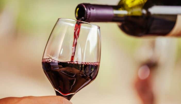 красное вино наливают в бокал