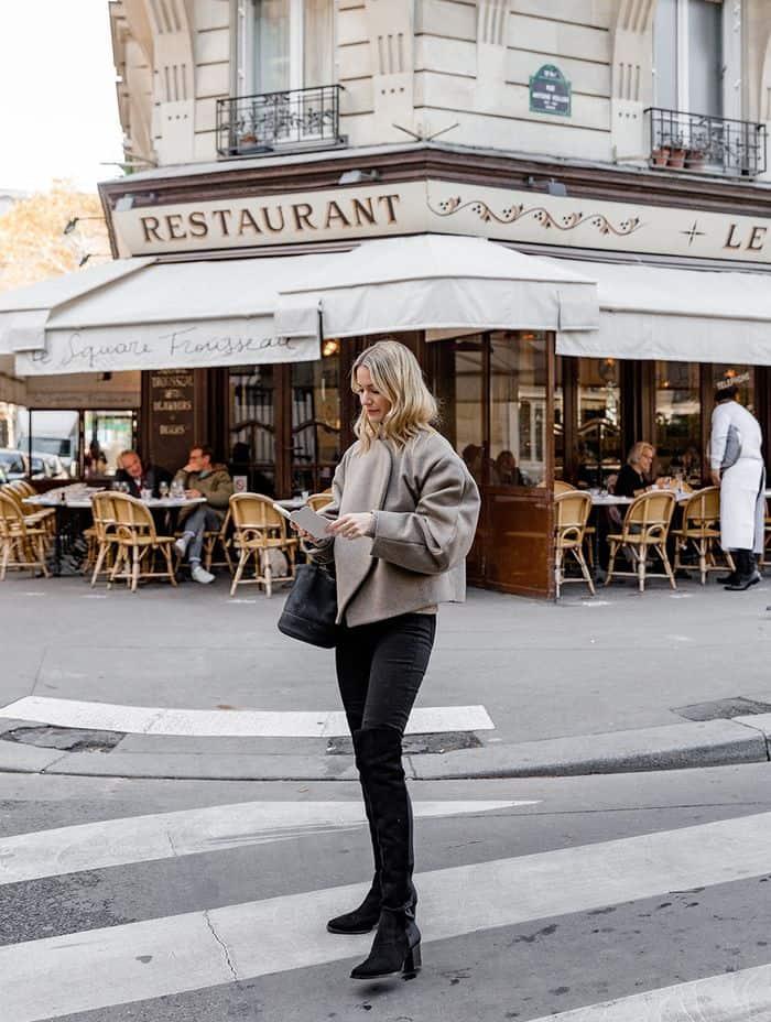 девушка возле кафе