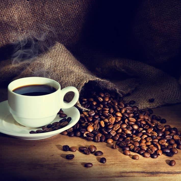 зерна кофе и кофе в чашке