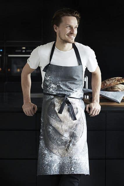 мужчина на кухне в фартухе