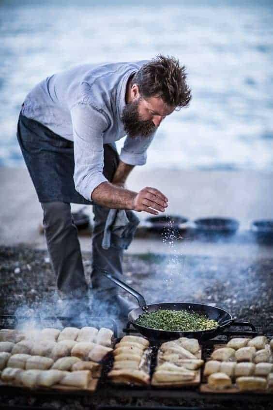 мужчина готовит на природе