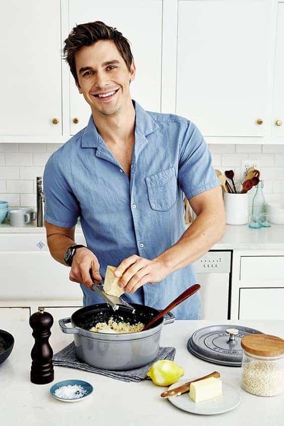 парень готовит на кухне