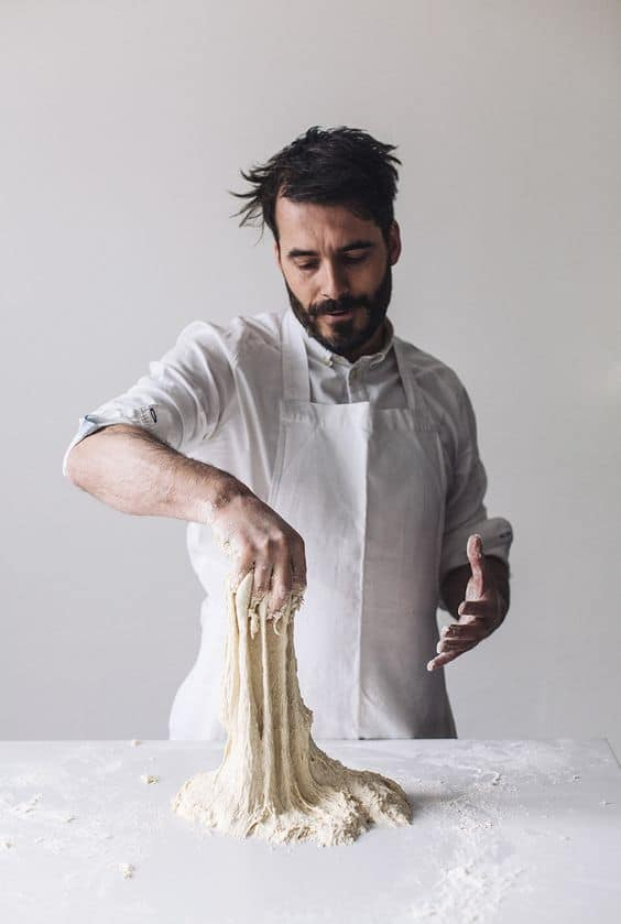 мужчина готовит тесто