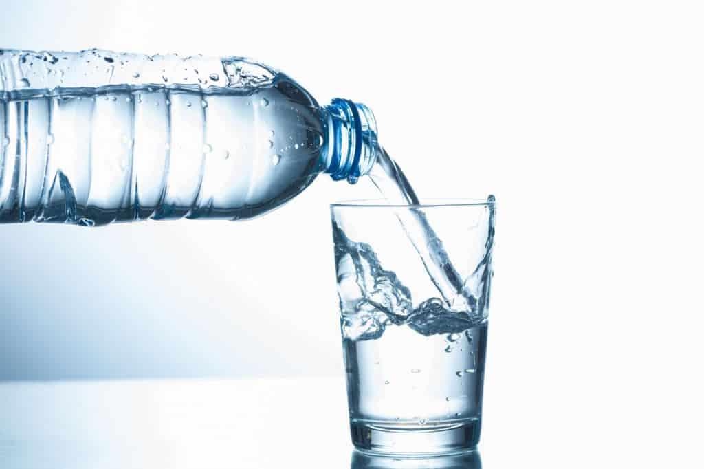 водородную воду наливают в стакан