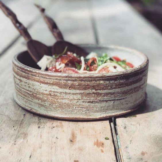 красивый керамический салатник