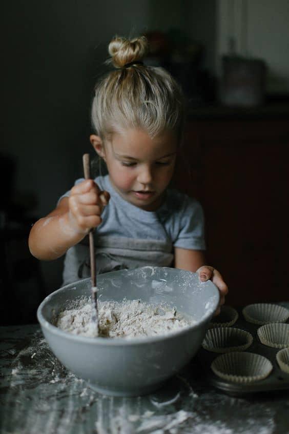 ребенок месит тесто