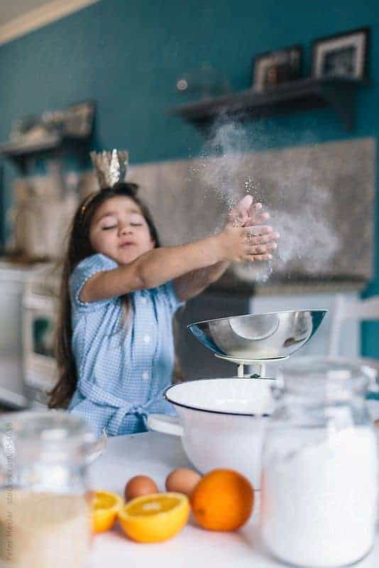 девочка готовит на кухне