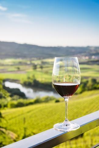 вино в бокале на террасе