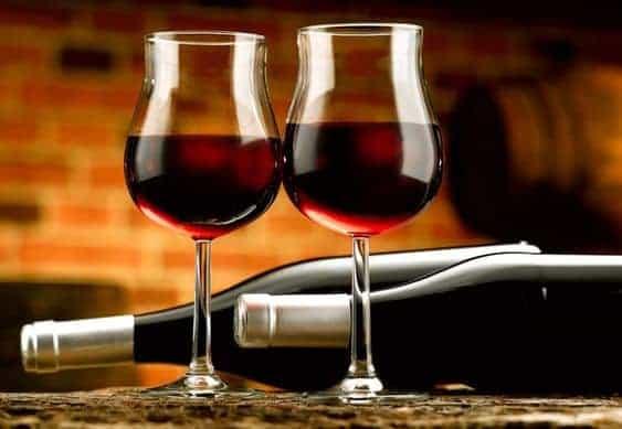 красное вино в бокале