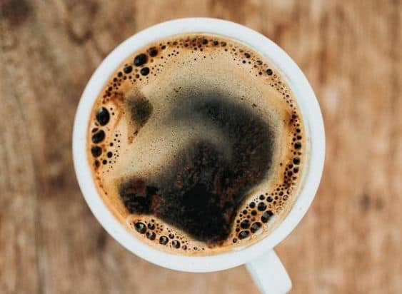 растворимый кофе в белой чашке сверьху
