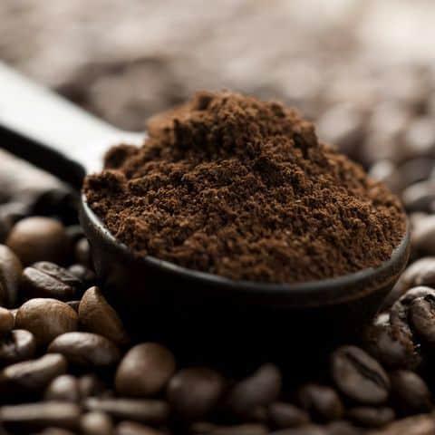 молотый кофе в ложке