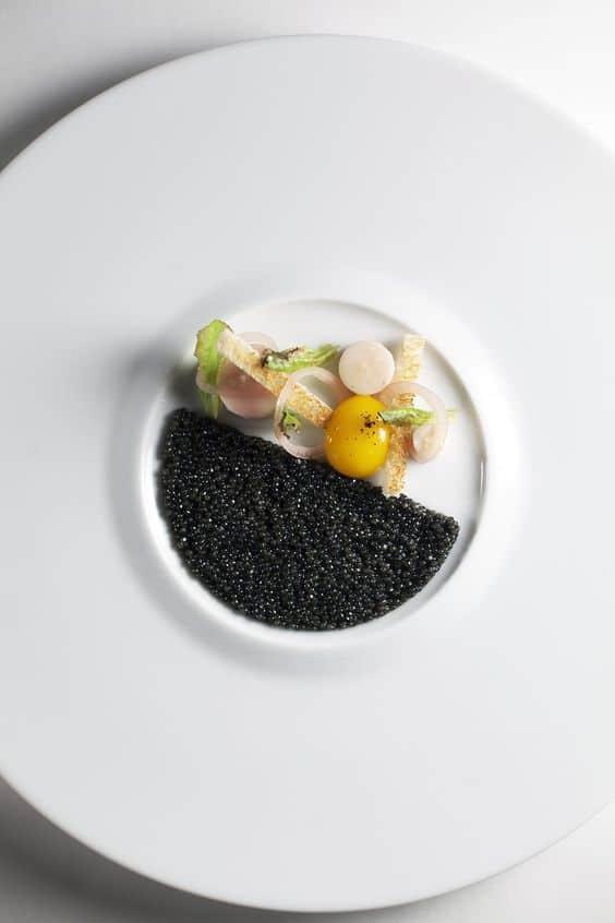 черная икра на тарелке фото