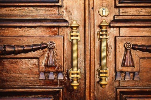 древние ручки на дверях