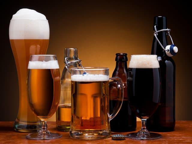 пиво в бокалах и бутылках