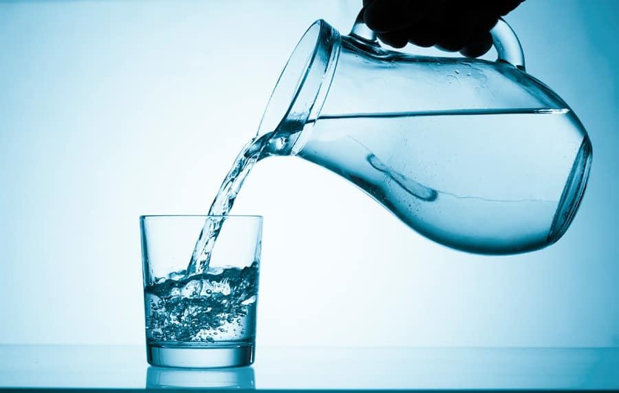 вода чистая наливают в стакан фото